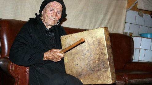 Aunt Gora (106 years old) from El Rebollar (Salamanca) playing her square drum.