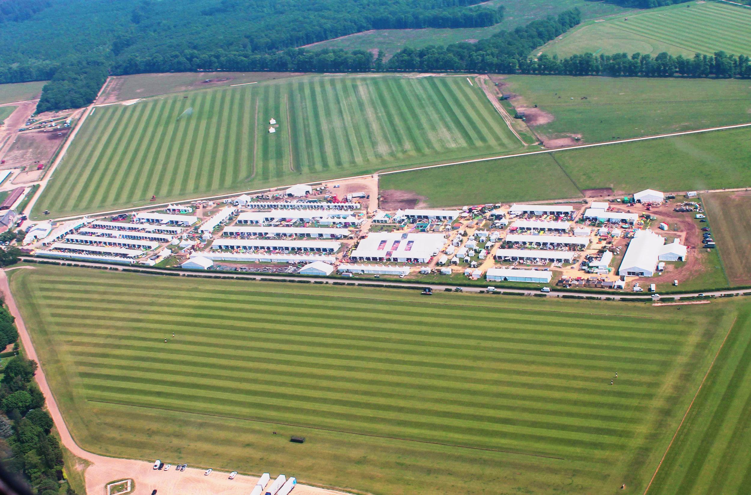 Vue aérienne sur les terrains de polo du Polo Club du Domaine de Chantilly  Aerial view on the polo fields of Chantilly Polo Club