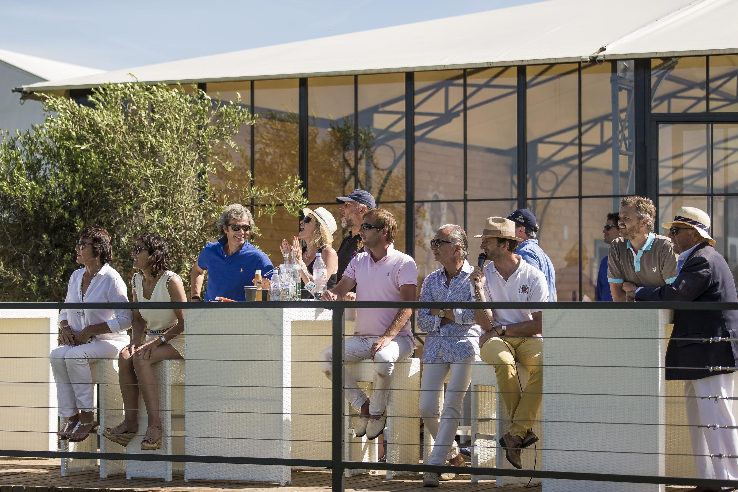 Spectateurs assistant à un match au Polo Club du Domaine de Chantilly  Spectators watching a game at Chantilly Polo Club