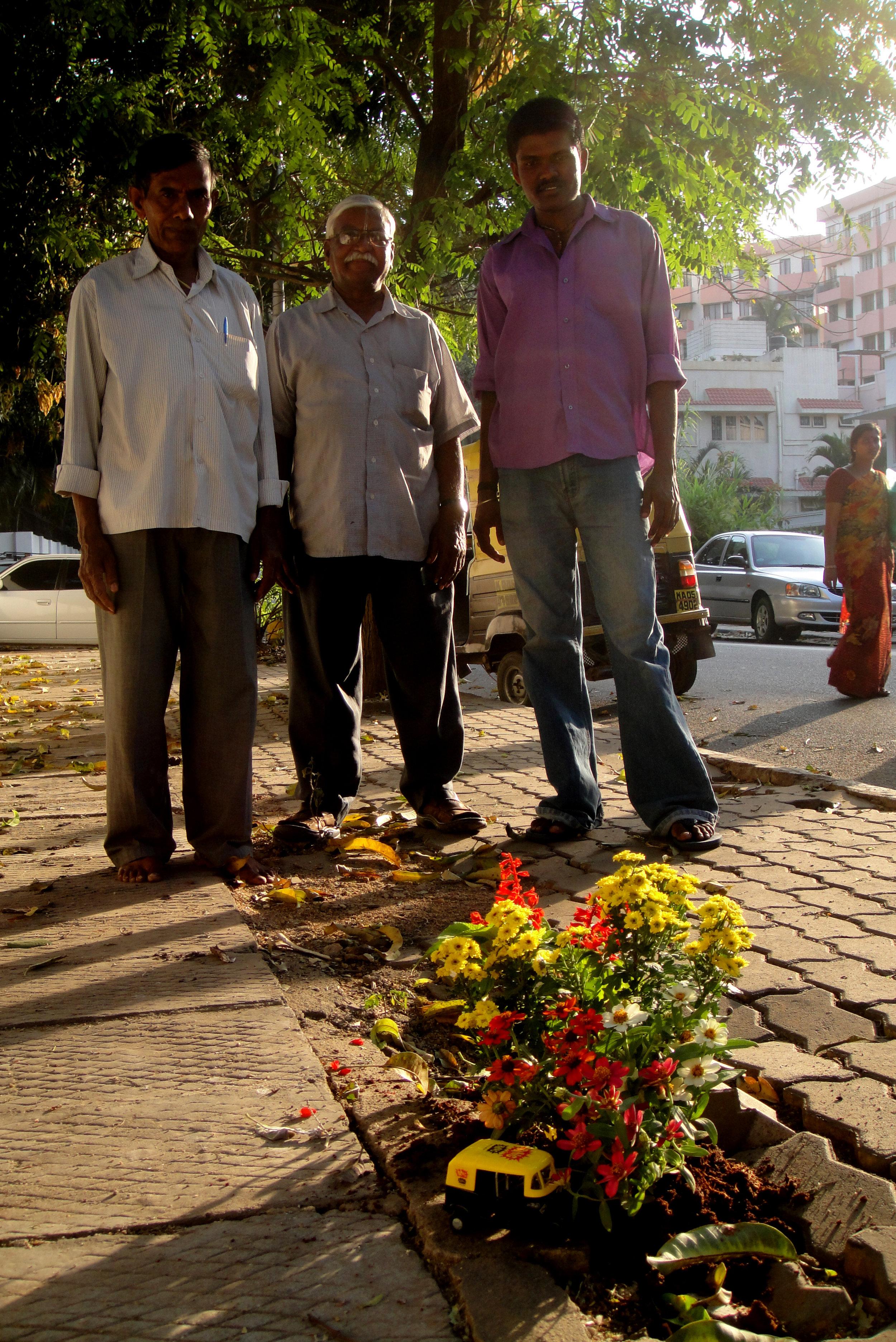 Pothole gardener steve wheen guerilla gardening India Tuk Tuk flowers onlookers
