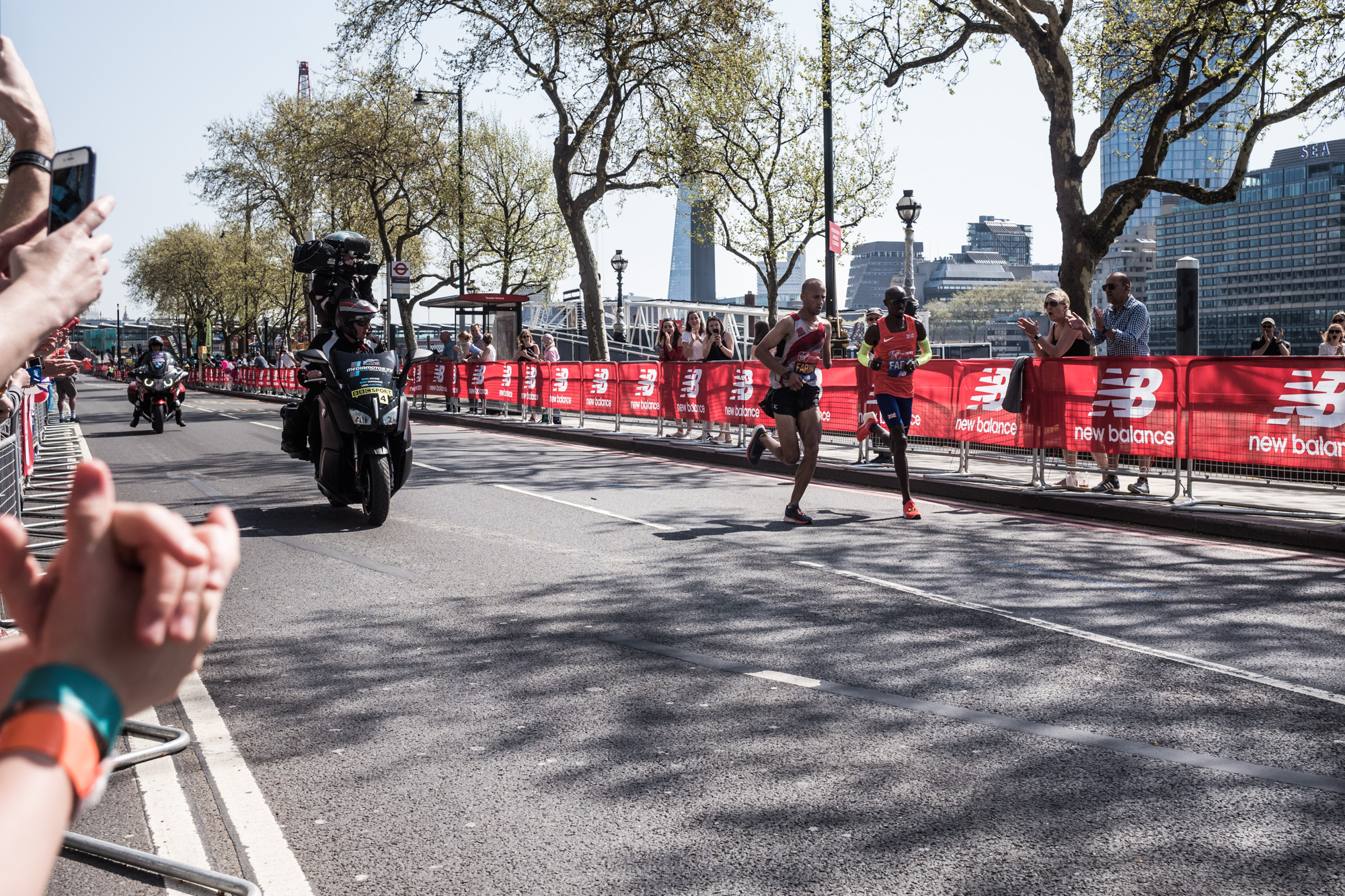 Mo Farah passing by next to handicapped runner