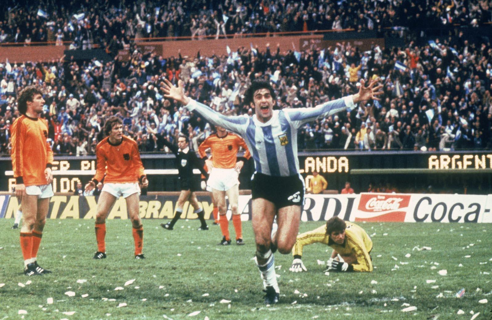 Mario Kempes scorer i VM-finalen i 1978. Wikimedia Commons