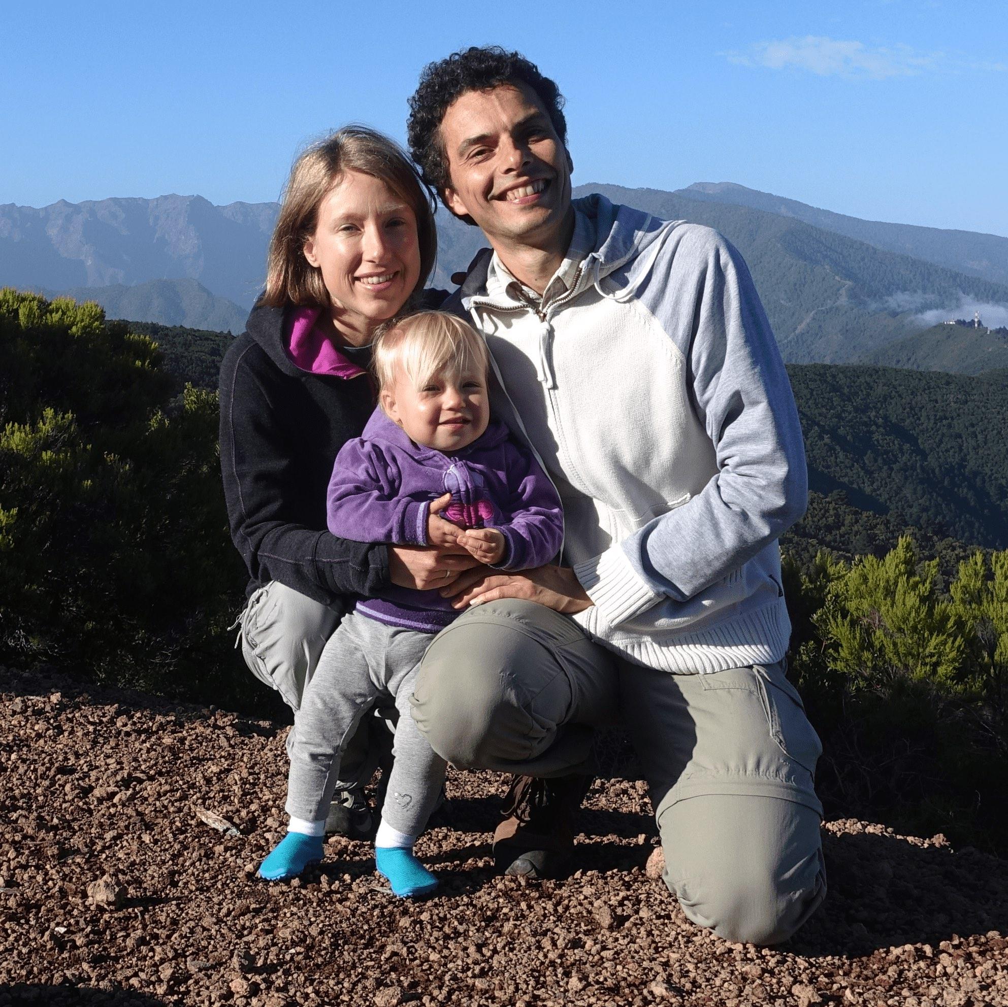 """Verena & Do  mink - (Wellagingkongress)   Verena & Dominik sind mit ihrer 2-jährigen Tochter Feline seit Oktober auf Reisen. Sie haben sich von allem befreit, was sie in Deutschland festhielt: Job, Wohnung, Auto... Unzufrieden mit dem herkömmlichen, """"bürgerlichen"""" Leben, haben Sie sich auf die Reise gemacht, um herauszufinden, was sie eigentlich wollen in ihrem Leben. Dazu gehört das Finden der Berufung (das mit dem Well-Aging-Kongress für Verena anfing), eines angenehmen Lebensortes sowie einer passenden Gemeinschaft."""
