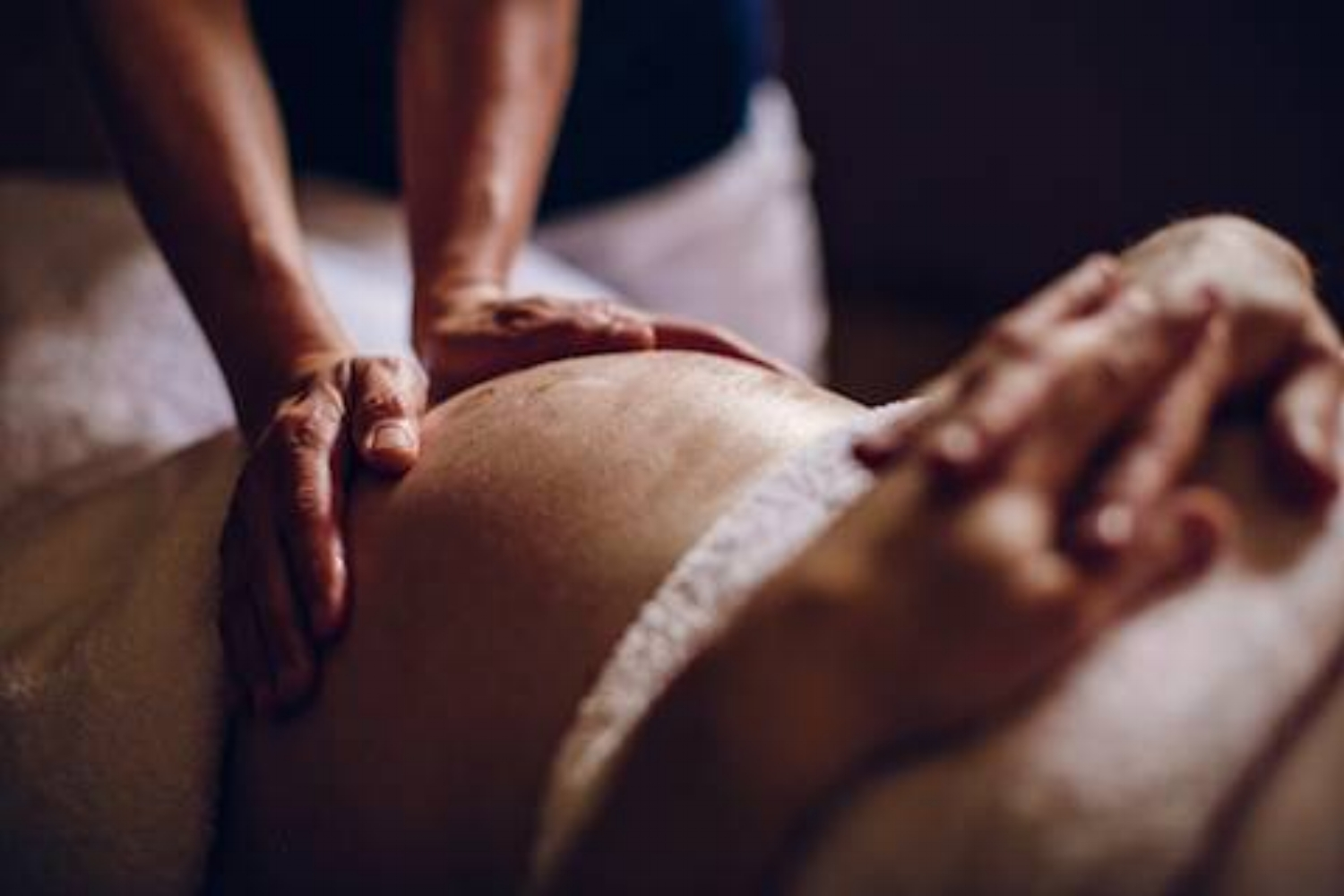 expecting mother receives pregnancy massage before delivery as a natural alternative to using drugs during pregnancy.