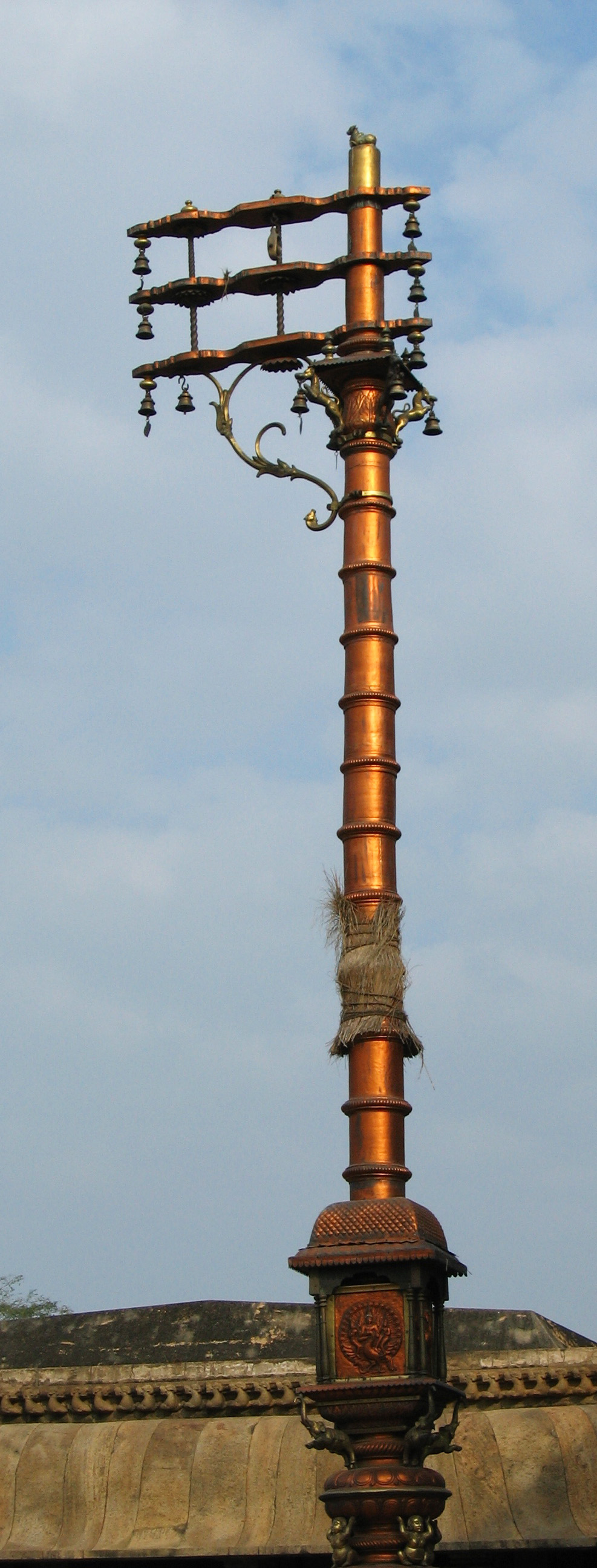 Dwajasthambam  del Templo Brihadisvara (Thanjavur, Tamil Nada, India). Fuente imagen:  Wikipedia .