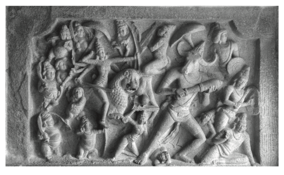 Devi aniquilando al demonio. Escultura del templo de Durga Mahishasura- mardini. Mamallapuram (Tamil Nadu), estilo Pallava, finales siglo vii.