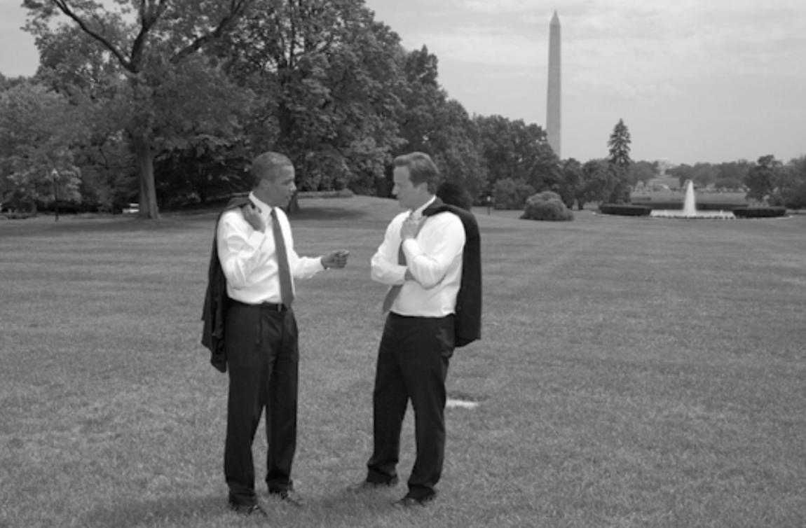 Obama y Camerón conversando en armonía.