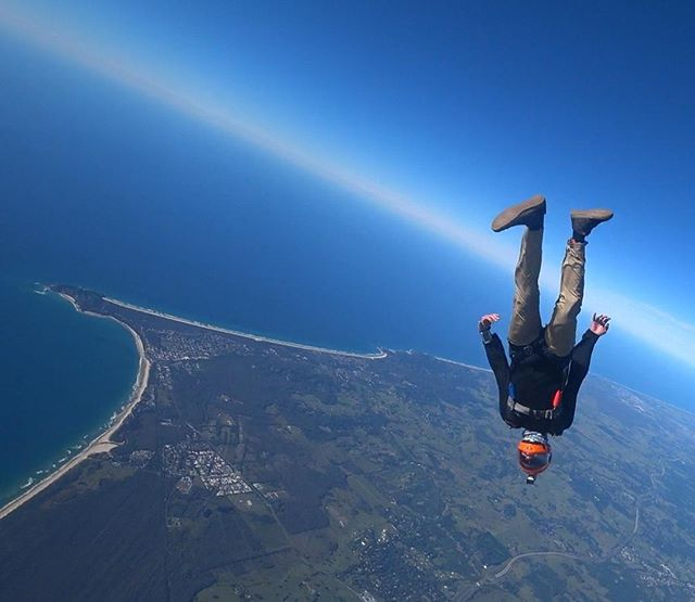 "Dom lives his life by one rule, and one rule only: ""If dem legs ain't 📏straight 📏, the jump's second rate"". A fast one over the #byron skies. ⠀ #straightlegs #kneesareunnecessary ⠀ @domjmarch⠀ .⠀ .⠀ .⠀ #dekunu  #flydekunu #dekunuone #smartalti #altimeter #alti #gps #gpstracker #flightcomputer #skydiving #skydive #dekunugram #freefall #adrenaline #extremesports #skydivingtechnology #skydivingposts #skydivinggram #skydivingphotography #skydivinglovers #skydivingadventure #skydivingpics #skydivinglife #dekunualtimeters"