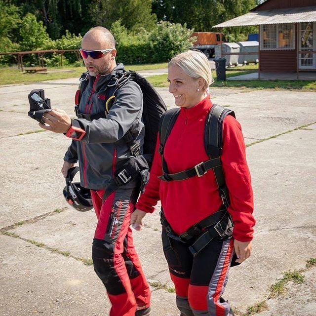 Horváth Róbert at work at Kapos Dropzone. Great colour coordination from everyone involved 😍 #redmakesyougofaster ⠀ .⠀ .⠀ .⠀ #repost @robairt⠀ #dekunu  #flydekunu #dekunuone #smartalti #altimeter #alti #gps #gpstracker #flightcomputer #skydiving #skydive #dekunugram #freefall #adrenaline #extremesports #skydivingtechnology #skydivingposts #skydivinggram #skydivingphotography #skydivinglovers #skydivingadventure #skydivingpics #skydivinglife #dekunualtimeters