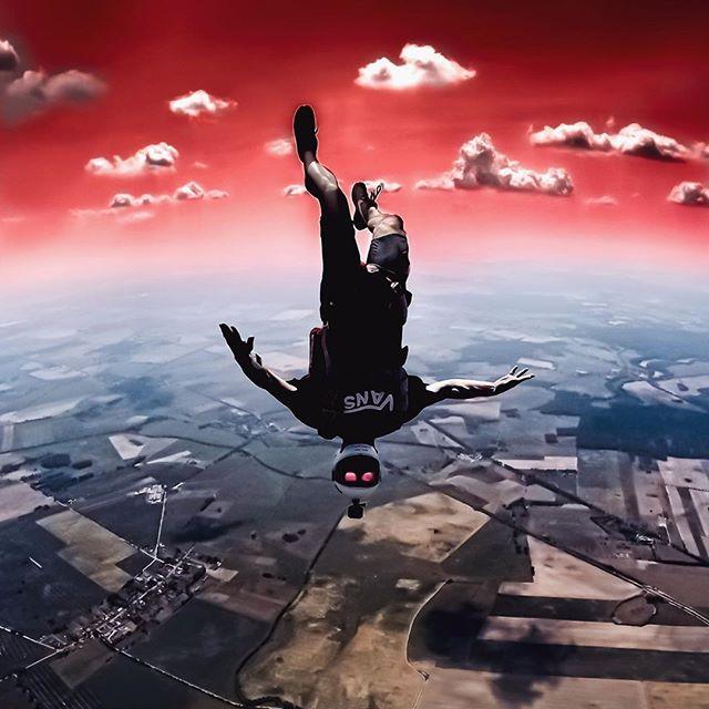 Bart's shredding + creative editing made this awesomely surreal shot. Go Bart!⠀ 📷 @eric.minze⠀ .⠀ .⠀ .⠀ #repost @bart_por⠀ #dekunu #flydekunu #dekunuone #smartalti #altimeter #alti #gps #gpstracker #flightcomputer #skydiving #skydive #dekunugram #freefall #adrenaline #extremesports #skydivingtechnology #skydivingposts #skydivinggram #skydivingphotography #skydivinglovers #skydivingadventure #skydivingpics #skydivinglife #dekunualtimeters