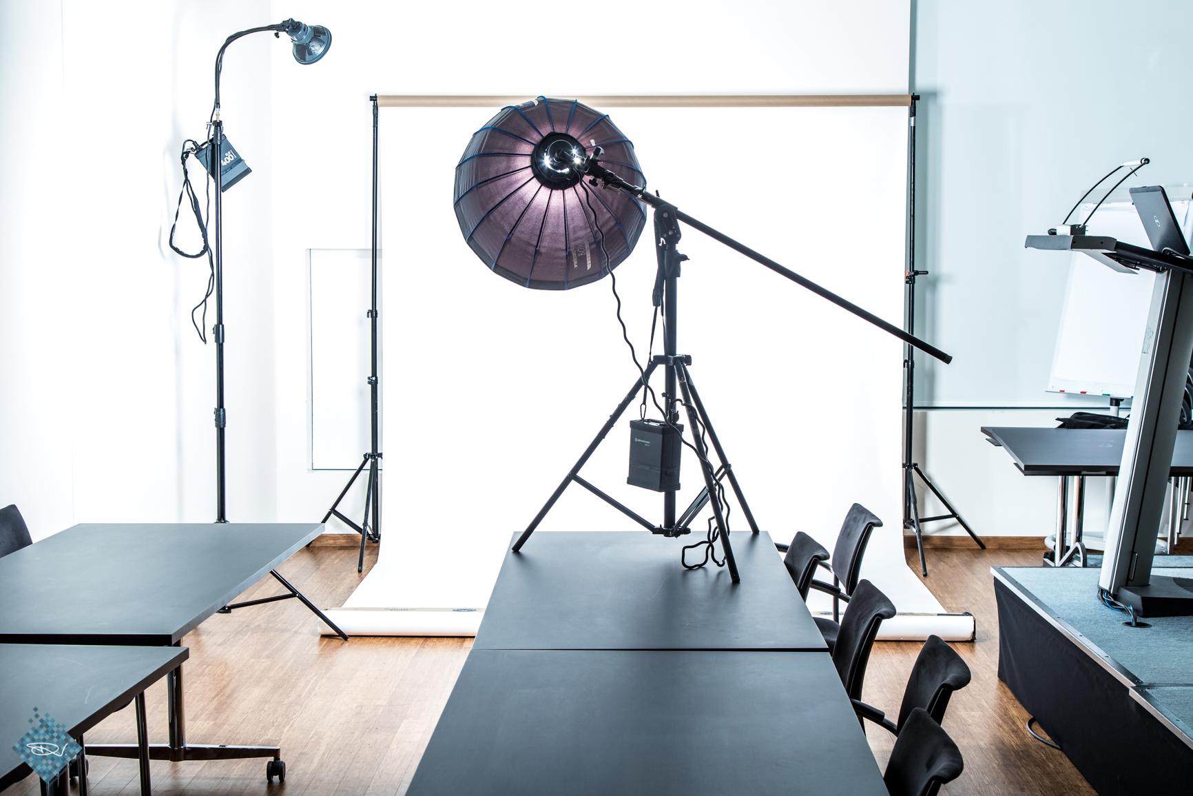 Bij gebrek aan een beschikbare studio heb ik zelf op de Sint Maartenskliniek een studio gebouwd in 1 van de vergaderruimtes...