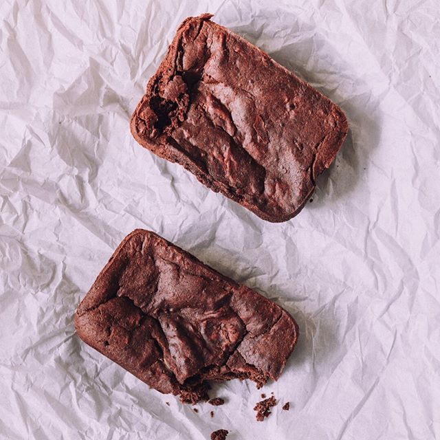 "If we could summarize the feeling of ""pure bliss"" it would be: Taking your first bite of our Sweet Potato Brownie with Chocolate Chunks. Many of our customers take a bite and look at us with widened, heart-filled eyes and say something like, ""Oh my god. These are REEEEEEALLY good."" These babies aren't overly sweet, but don't taste like plain sweet potato either (for those of you that are not-so-in-love with sweet potatoes). The full, delicious, perfectly-balanced ingredient profile reads: Flaxseed, sweet potato puree, almond butter, maple syrup, vanilla extract, cinnamon, cacao powder, baking powder, dark chocolate chunk (70% cacao), Root + Bones Chaga. 📷: @poppiphotography"