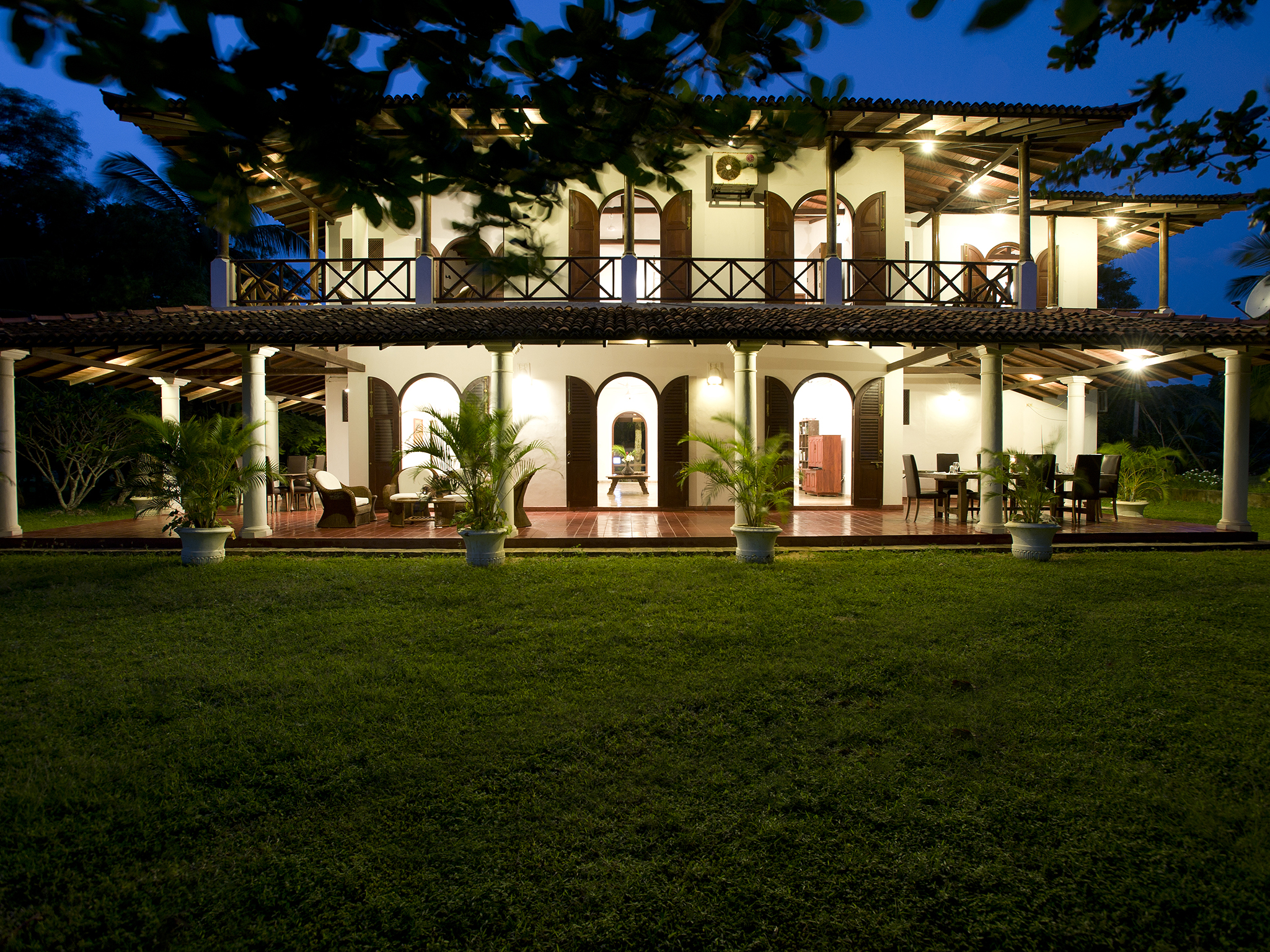 14-Oceans Edge-Tangalle - The villa at night.jpg