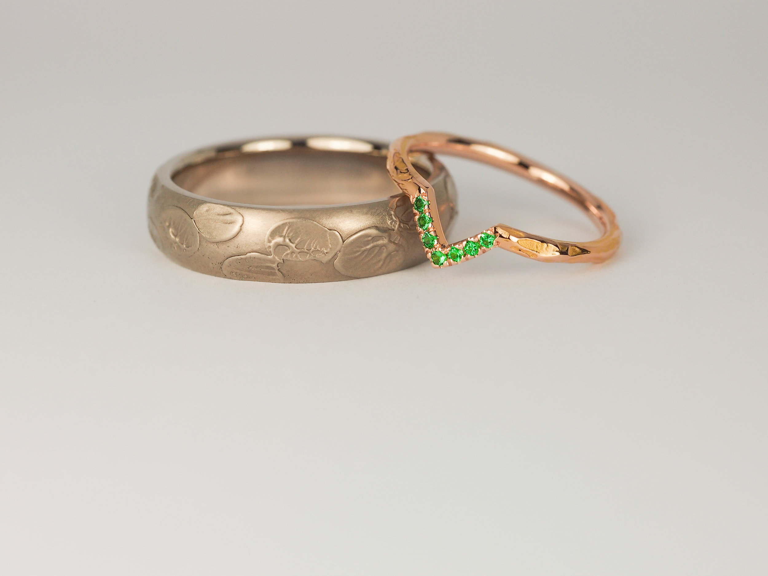 Hiro ring in grey white gold and emerald point ring in rose gold