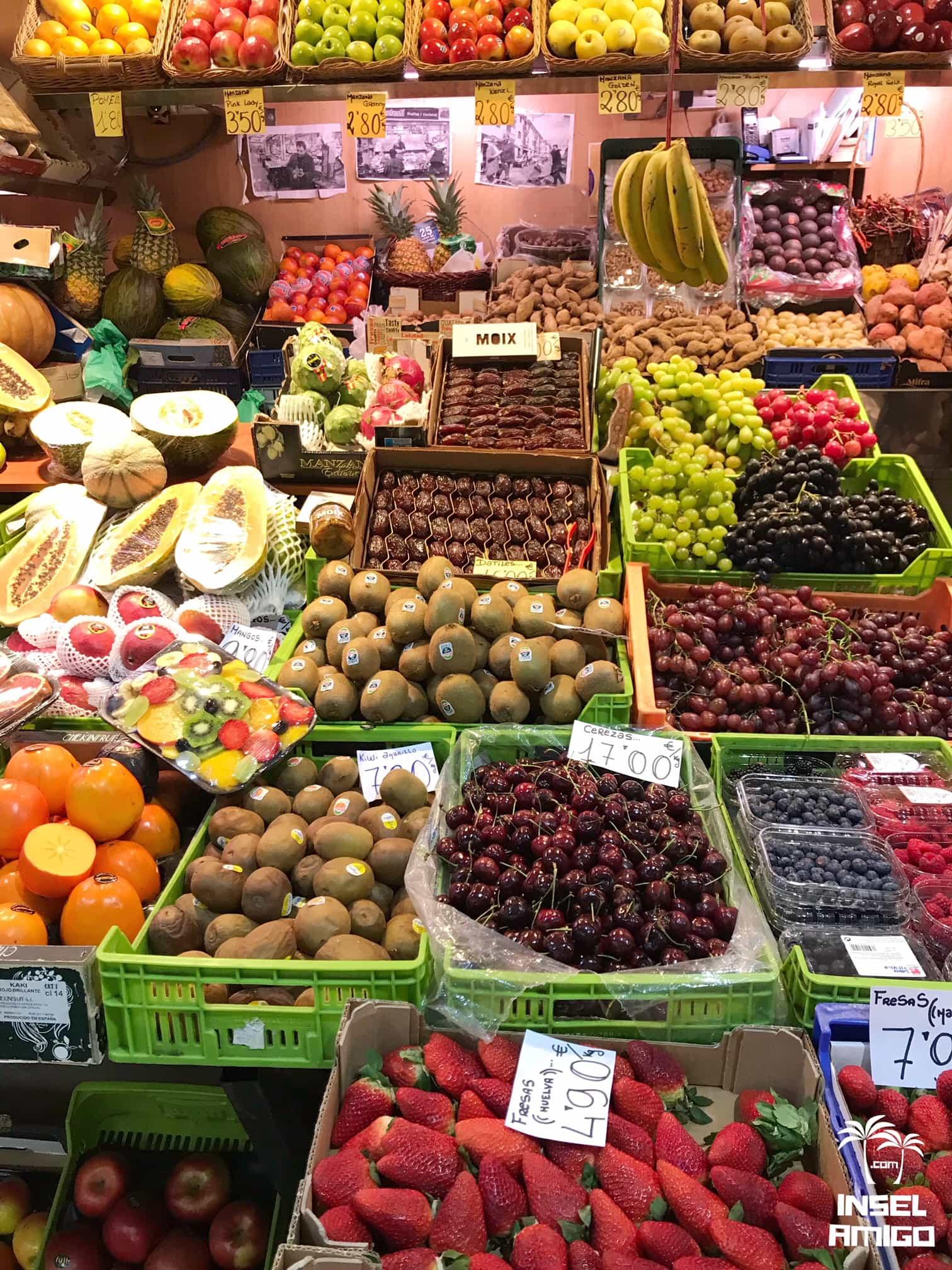 Obst- und Gemüsestand im Mercat
