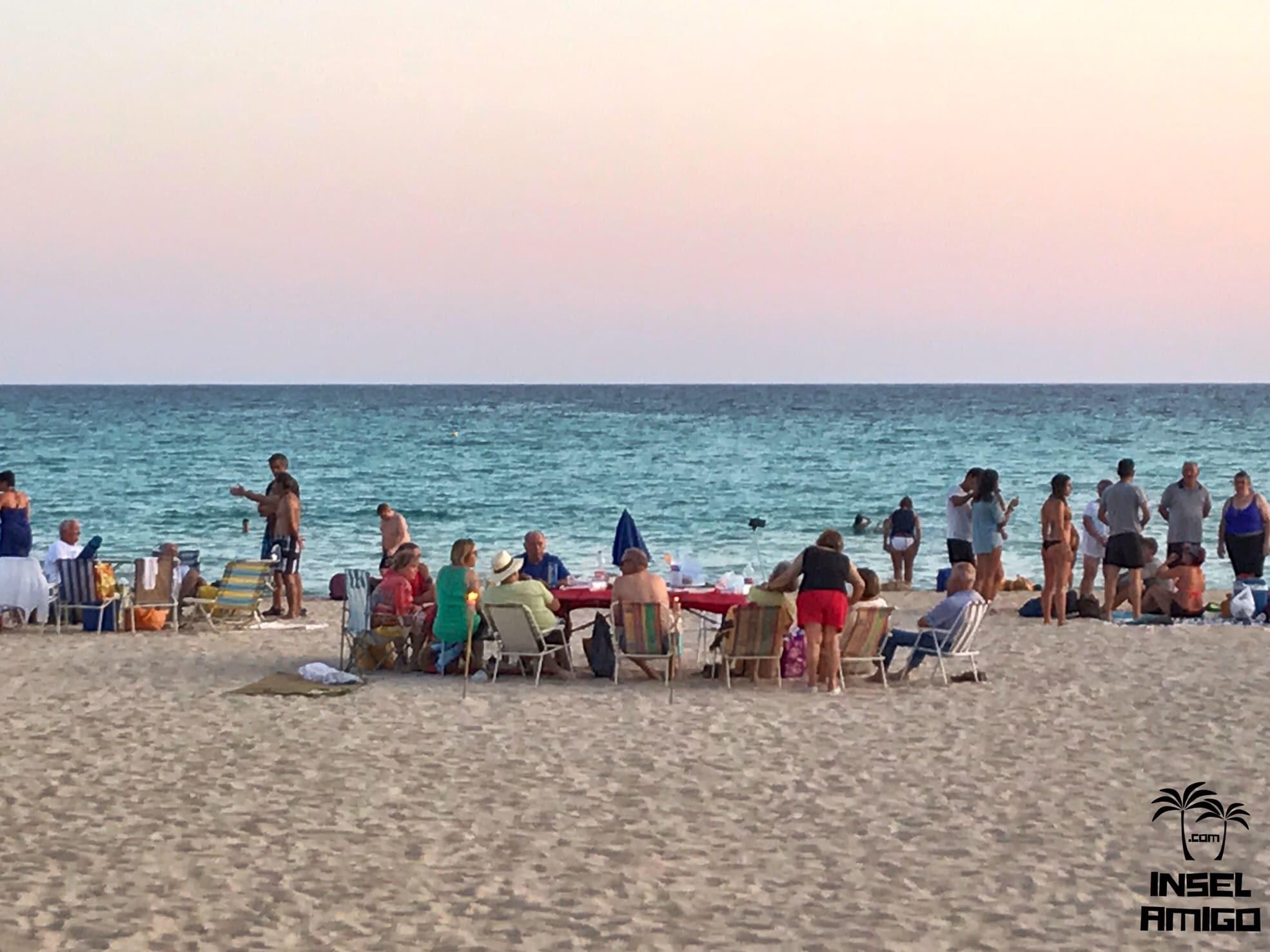 Lange Tafeln am Strand zur Nit de Sant Joan