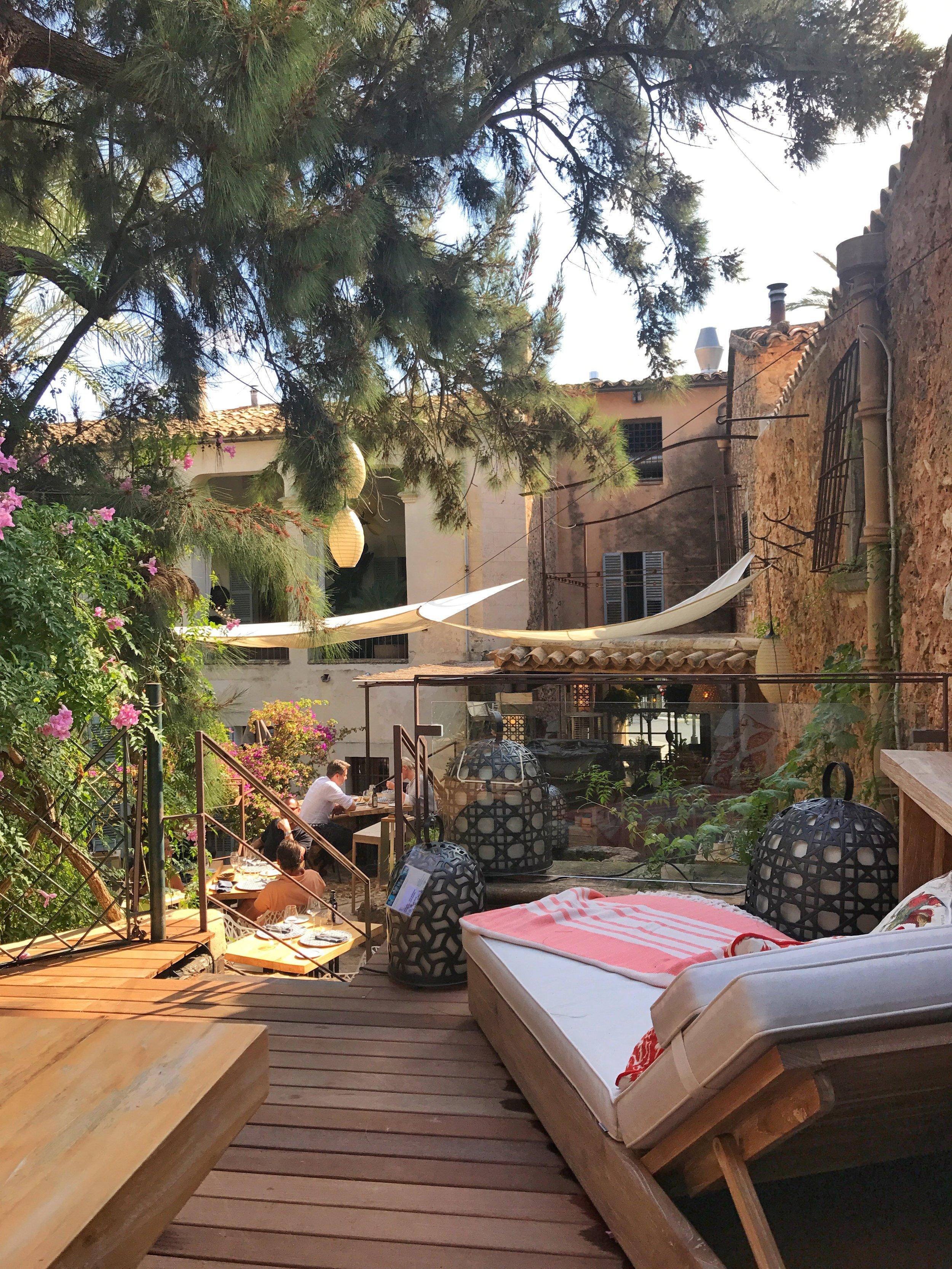 Terrasse mit Blick auf's Bistro 19