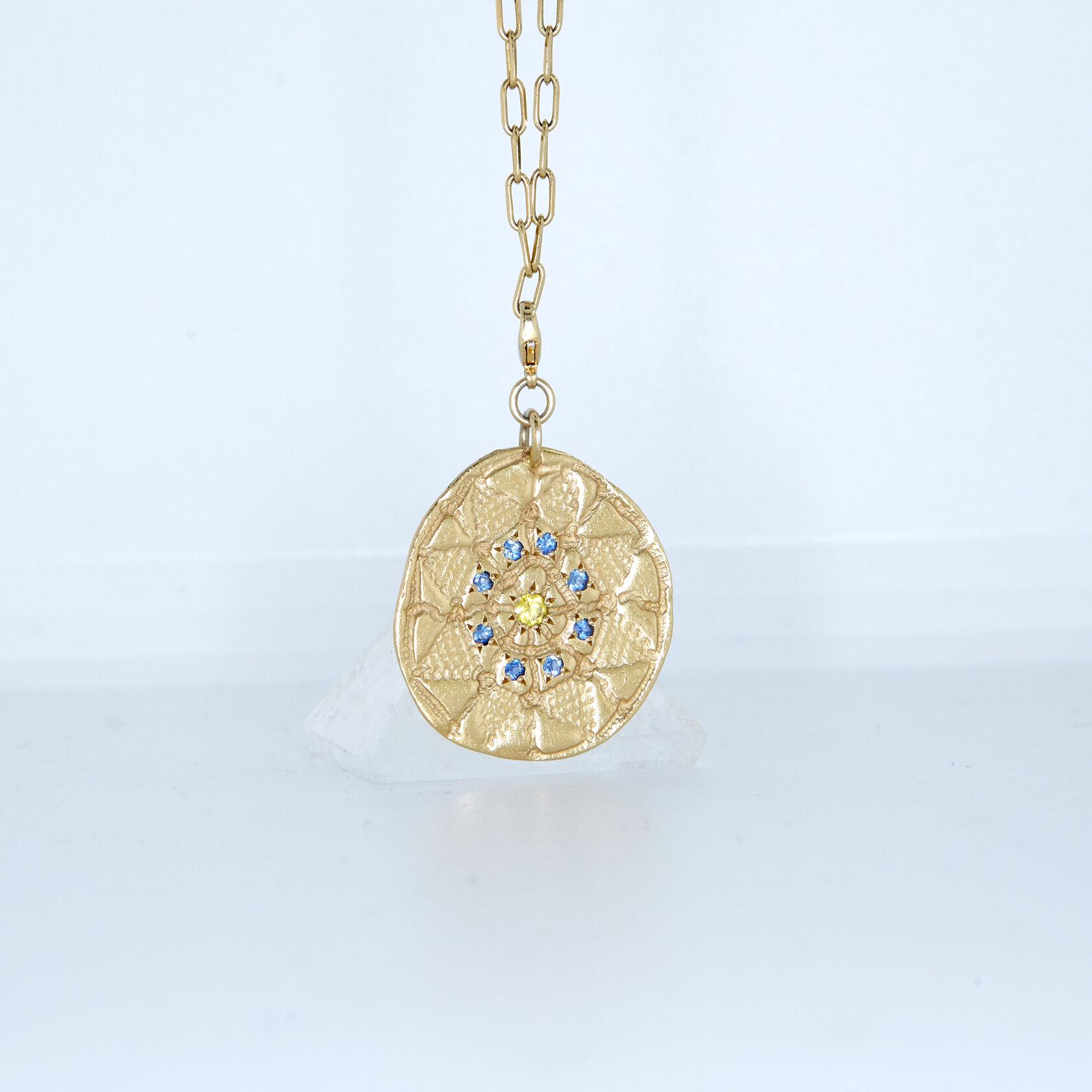 clara-jasmine-collier-talisman-AIYANA-Saphirs-bleu-jaune.jpg