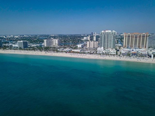 ⬆️ Now THAT'S more like it. After a cozy weekend of stormy weather, it's a nice change to start the week with some sunshine again! 🌞 We sure can't snap those classic Florida drone shots without it... . #splash #agentsea #agency #digitalmedia #marinemedia #maritime #mondaymotivation #drone #dronestagram #dji #fortlauderdale #soflo #southflorida #smallbusiness #beachhotel #springbreak #sunshine #beach #coastal #sunshinestate #rainraingoaway #IGatsea