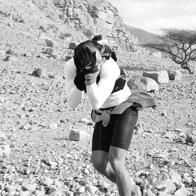 Perfect running technique for Wadi Bih 2017. An aerodynamic tuck with glove protection against the grit and sand. #neverstoprunning #dubairunners #wadibih #wadibih2017