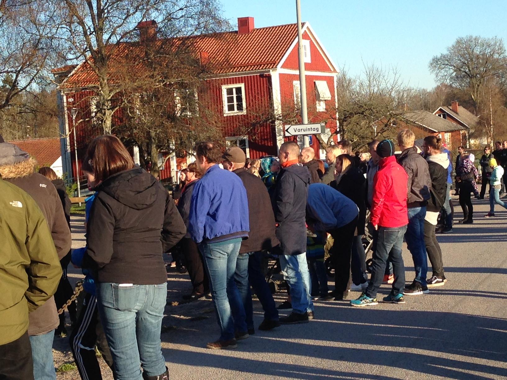Det var många som passade på att gå till sockenstugan denna soliga valborgsmässoafton .........