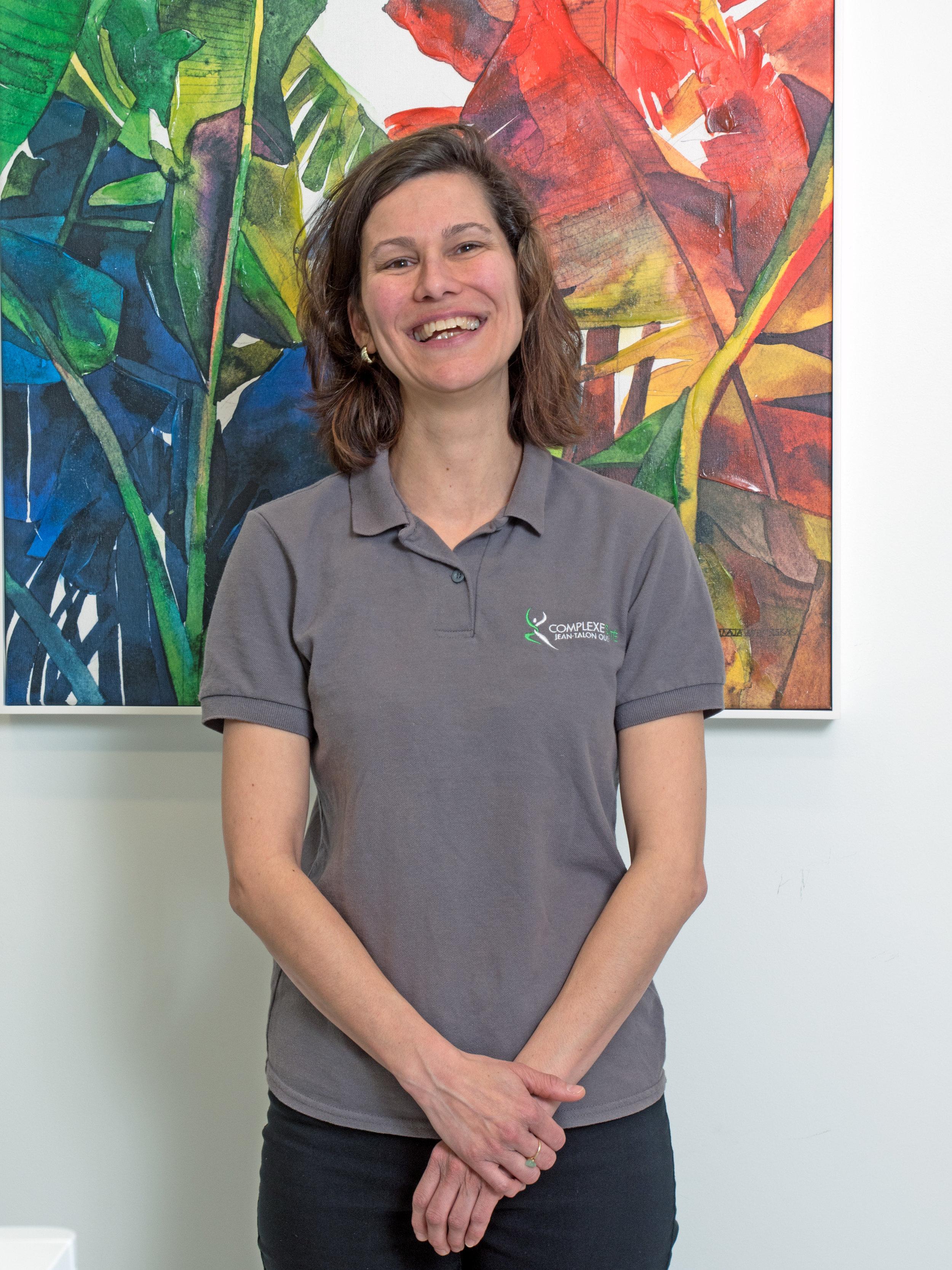 Mélissa Caron  Massothérapeute   Mélissa  est massothérapeute et membre de l'Association des massothérapeutes professionnels du Québec depuis 2002.  Elle cumule plus de 10 années d'expérience en massothérapie et plus de 5 années d'expérience comme assistante physiothérapeute. Elle détient plusieurs formations en massothérapie (suédois cinétique, kinésithérapie, californien, drainage lymphatique, femme enceinte, sportif) et peut travailler avec une clientèle variée.