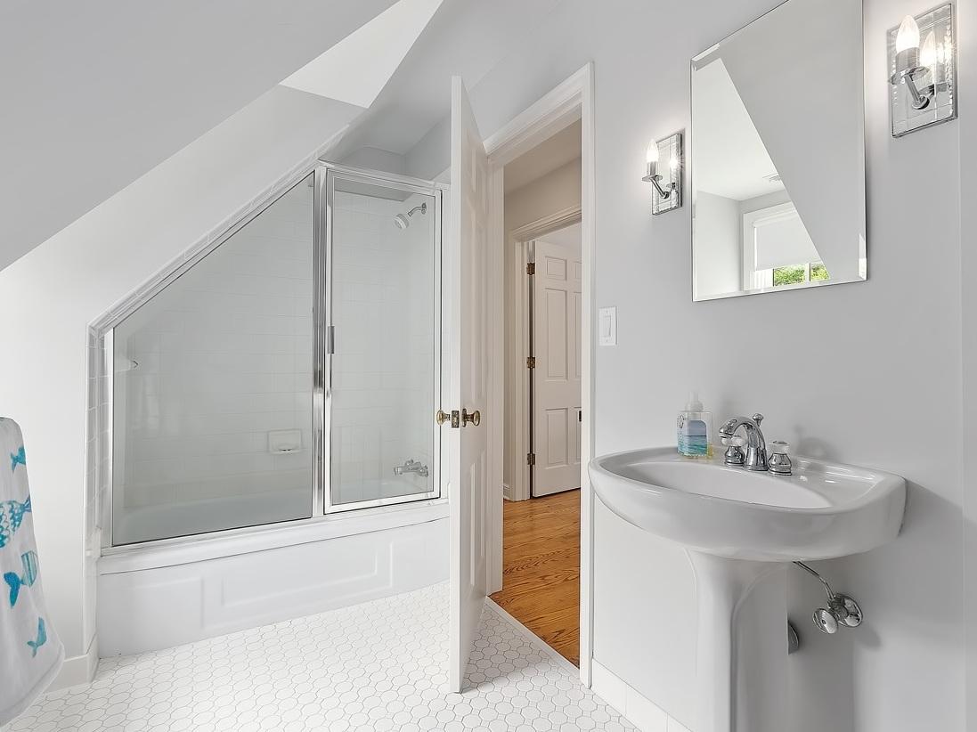 25 Guest BAthroom 3.jpg