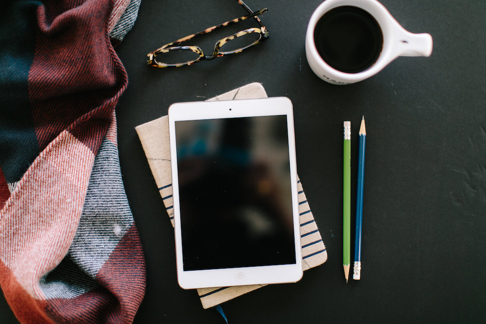 ipad café et crayons de papier
