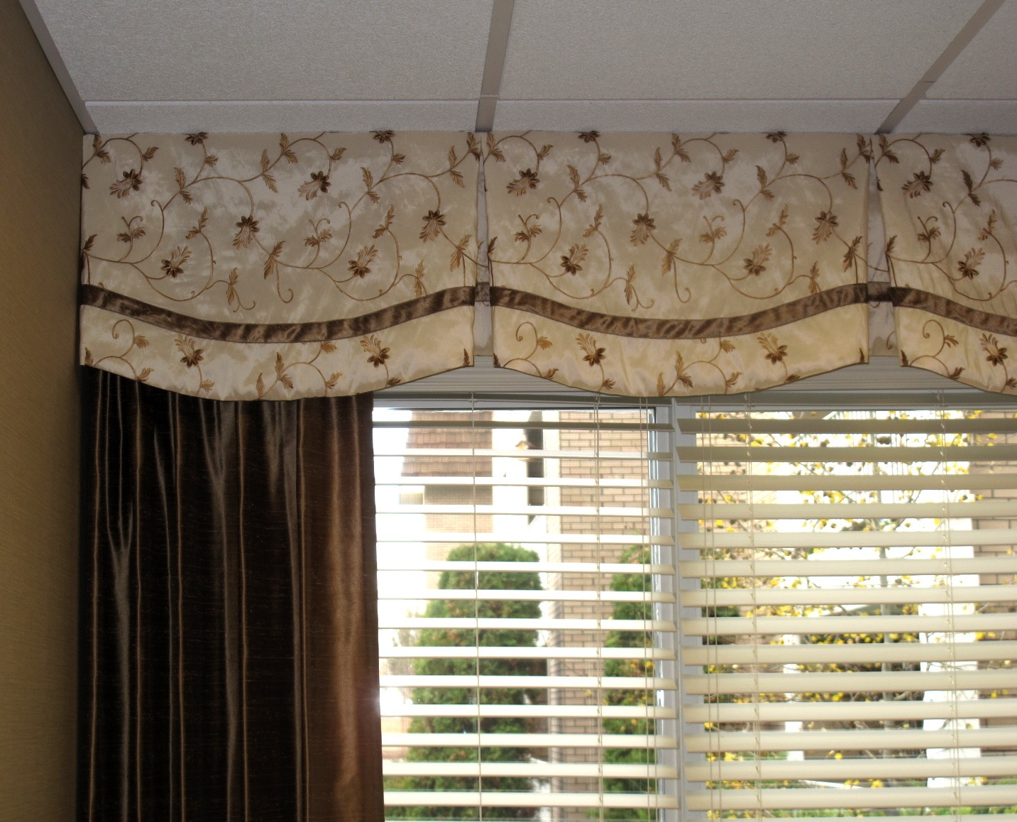 Scalloped Box Pleated Valance with Side panel (1).jpg