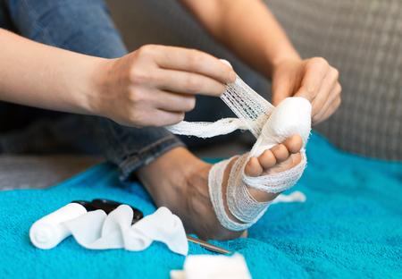 76173471_S_broken_toe_woman_bandage_injured_pain.jpg