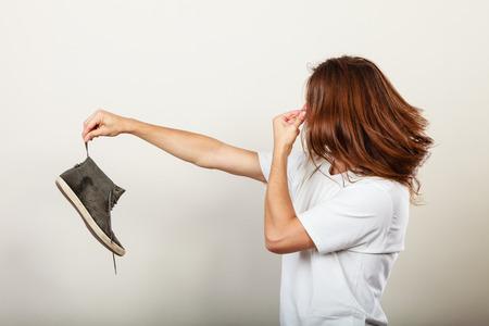 58110133_S_smell_feet_woman_shoe_nose_pinching.jpg