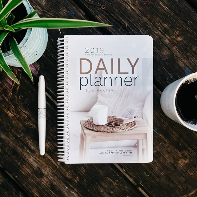 My planner is my second brain. The Homemaker's Friend Daily Planner is versatile, well organized and pretty. Read my full review on the blog. Link in bio. - - - - #momonamissionblog #planneraddict #dailyplanner #homemakersfrienddailyplanner #2019 #organizedhome #organization #organizedlife