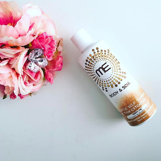 Looking for a gift for mom? Give her a gift that makes her glow and feel great ✨ ME Body and Soul a gentle self tanner and tan extender. She will love it 😉 . . . #mebodyandsoul #igdaily #productshot #flatlay #bestself #beauty #madewithlove #organicbeauty #selftanner #tanextender