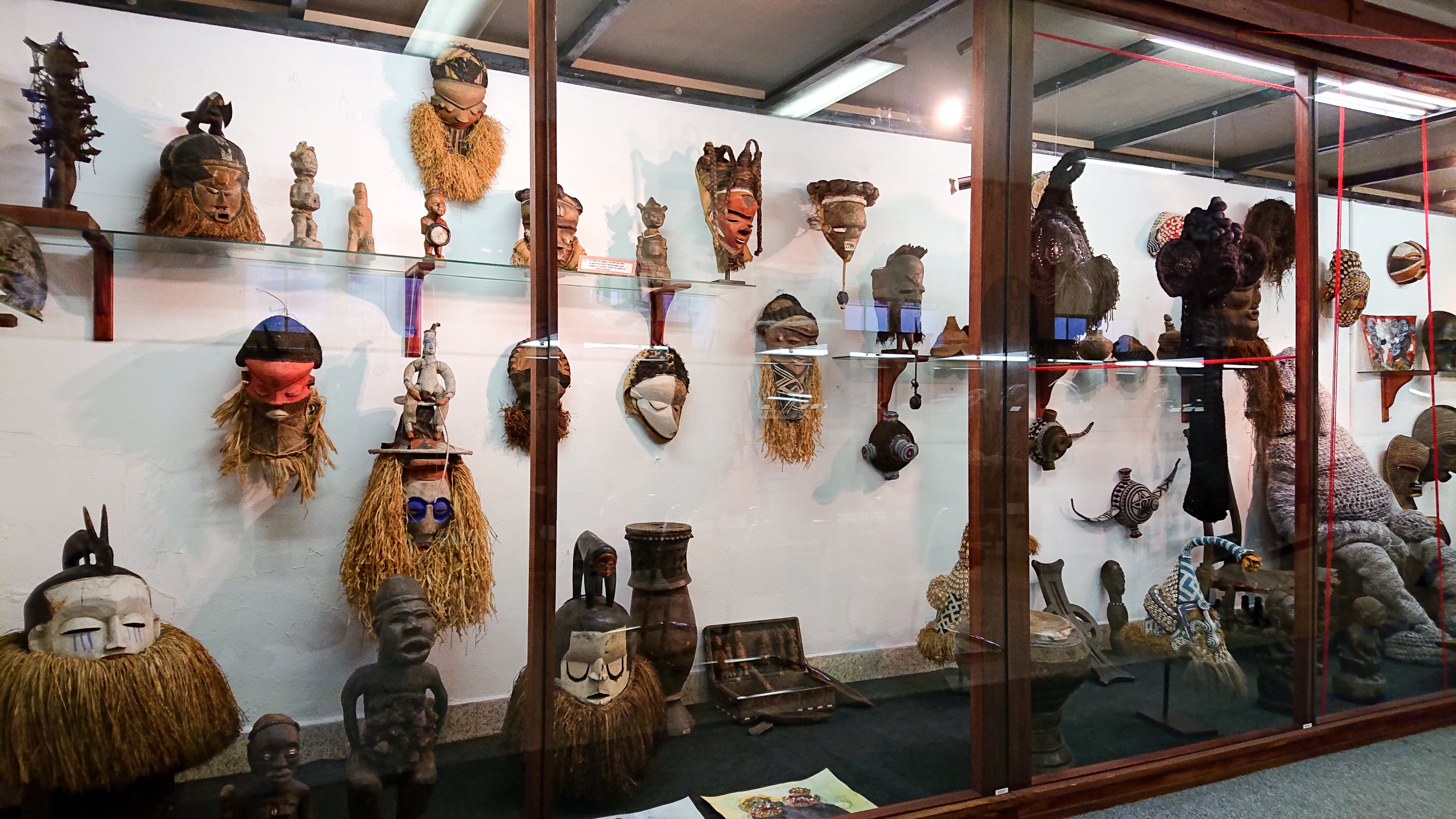 Divers masques africains. Pende, Yaka, Suku, Ngeendé, Luba, Kongo, Chokwe : autant d'ethnies représentées.