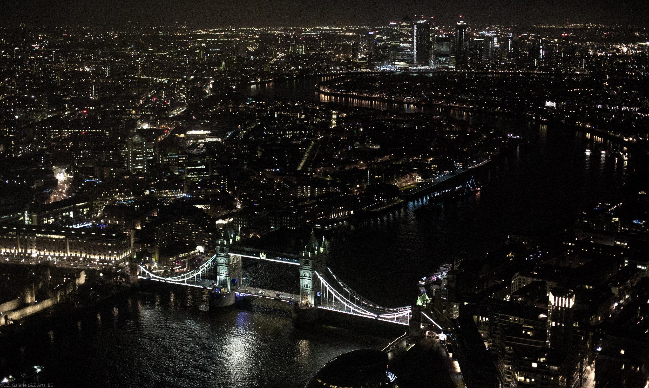 Superbe perspective nocturne de la ville de Londres, en particulier  Tower Bridge  depuis le sommet du  Shard