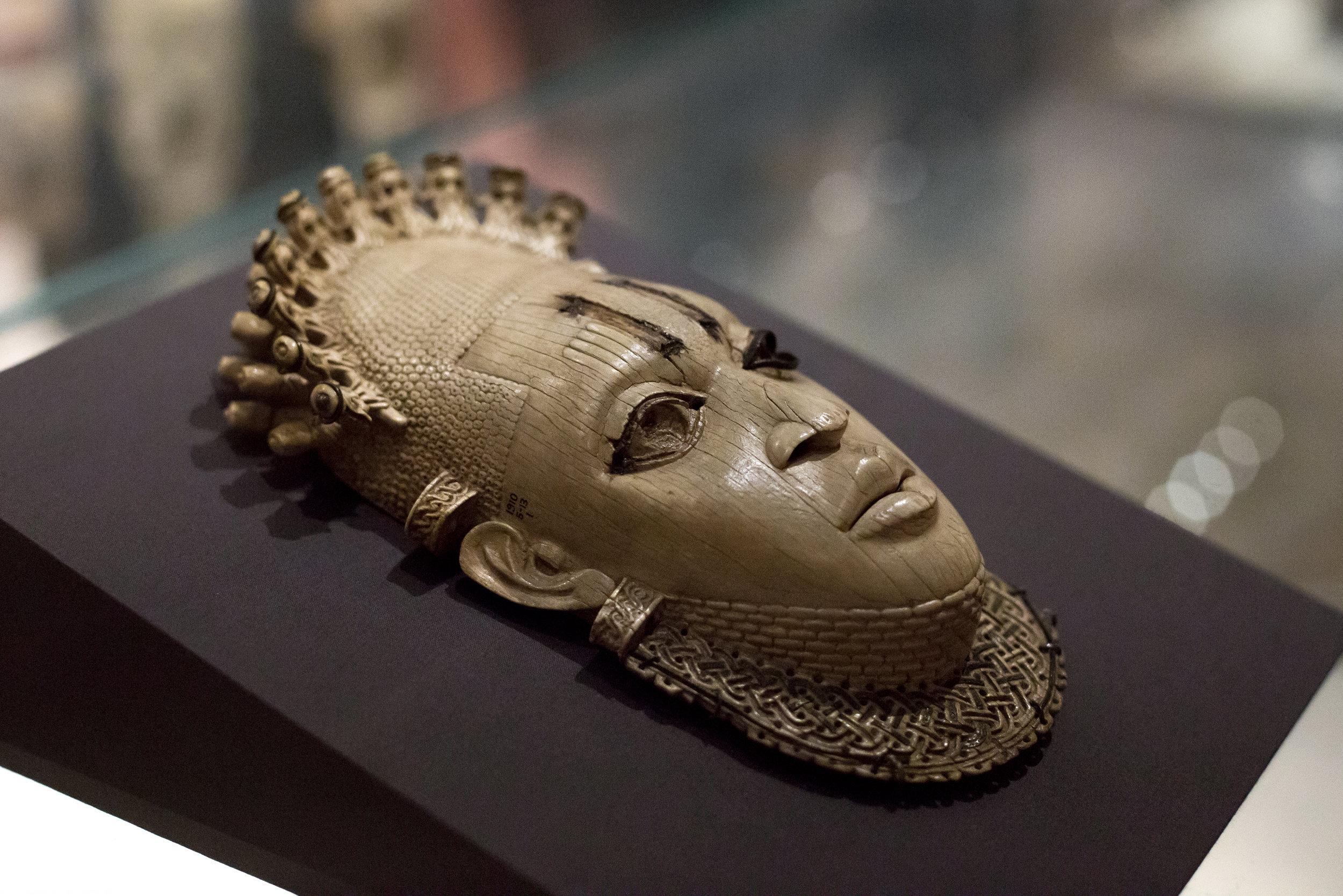 L'un des quatre masques pectoraux. Ivoire, fer, cuivre. H. 22.5cm