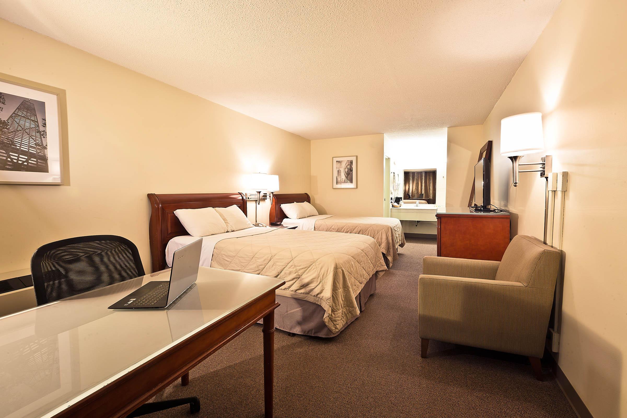 garden hotel south beloit guest rooms 004.jpg