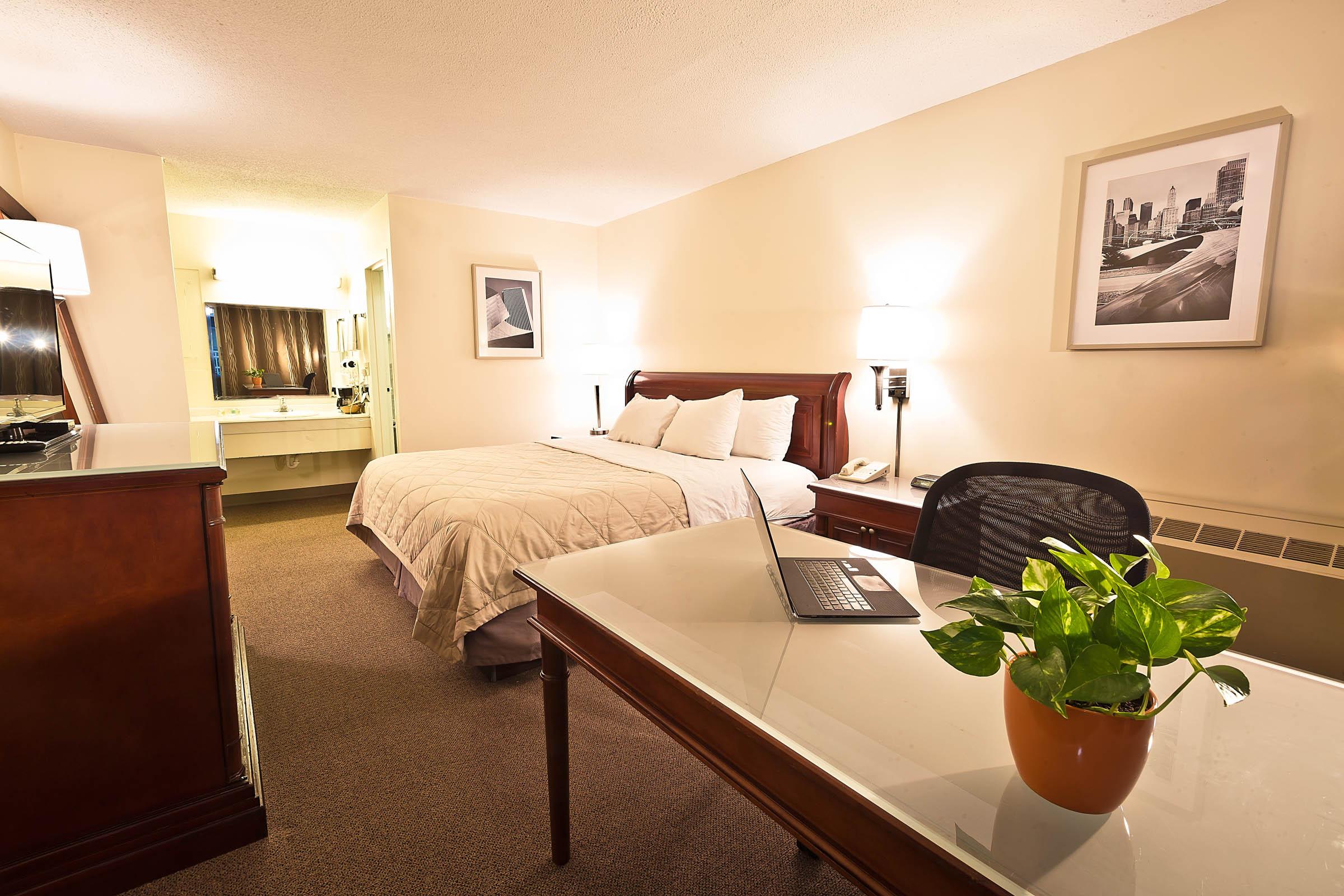 garden hotel south beloit guest rooms 005.jpg