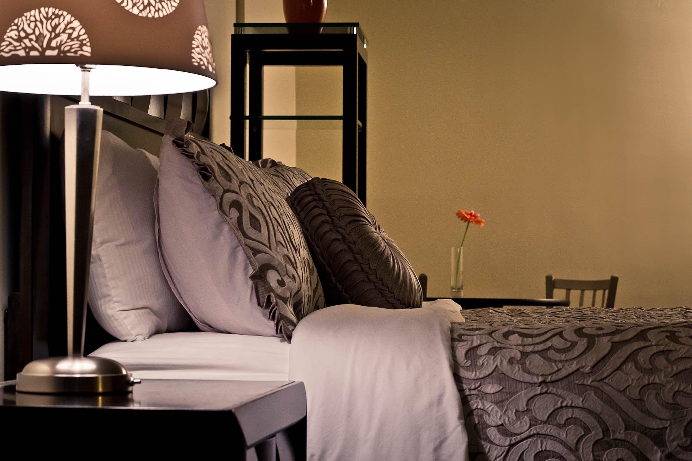 garden hotel south beloit guest rooms 008.jpg