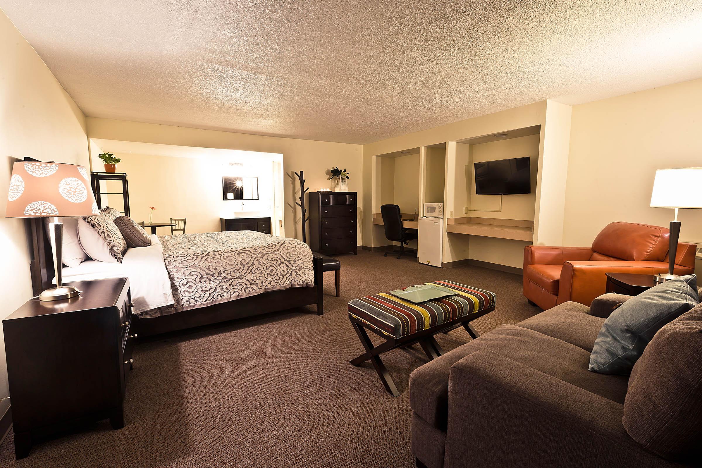 garden hotel south beloit guest rooms 007.jpg