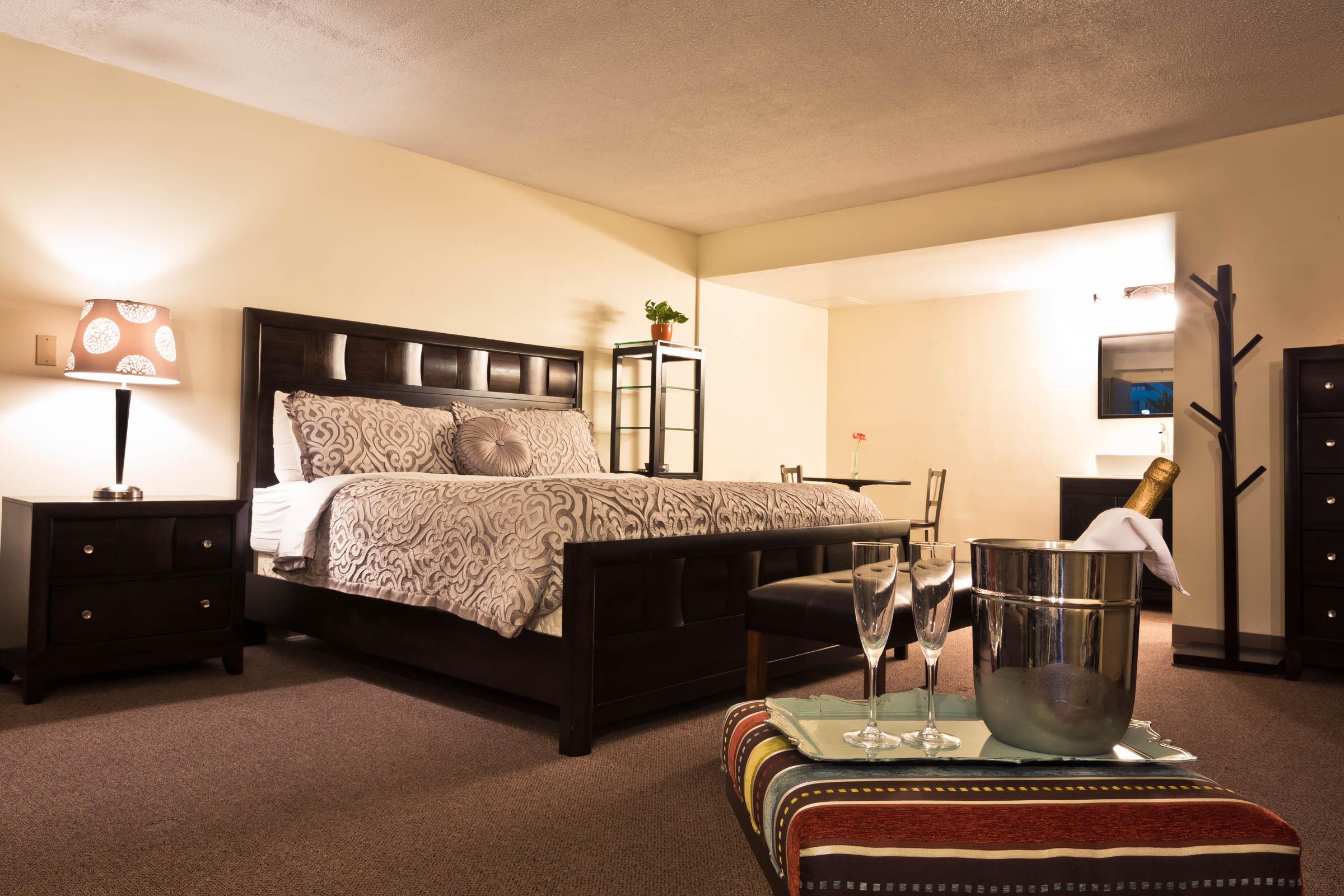 garden hotel south beloit guest rooms 016.jpg