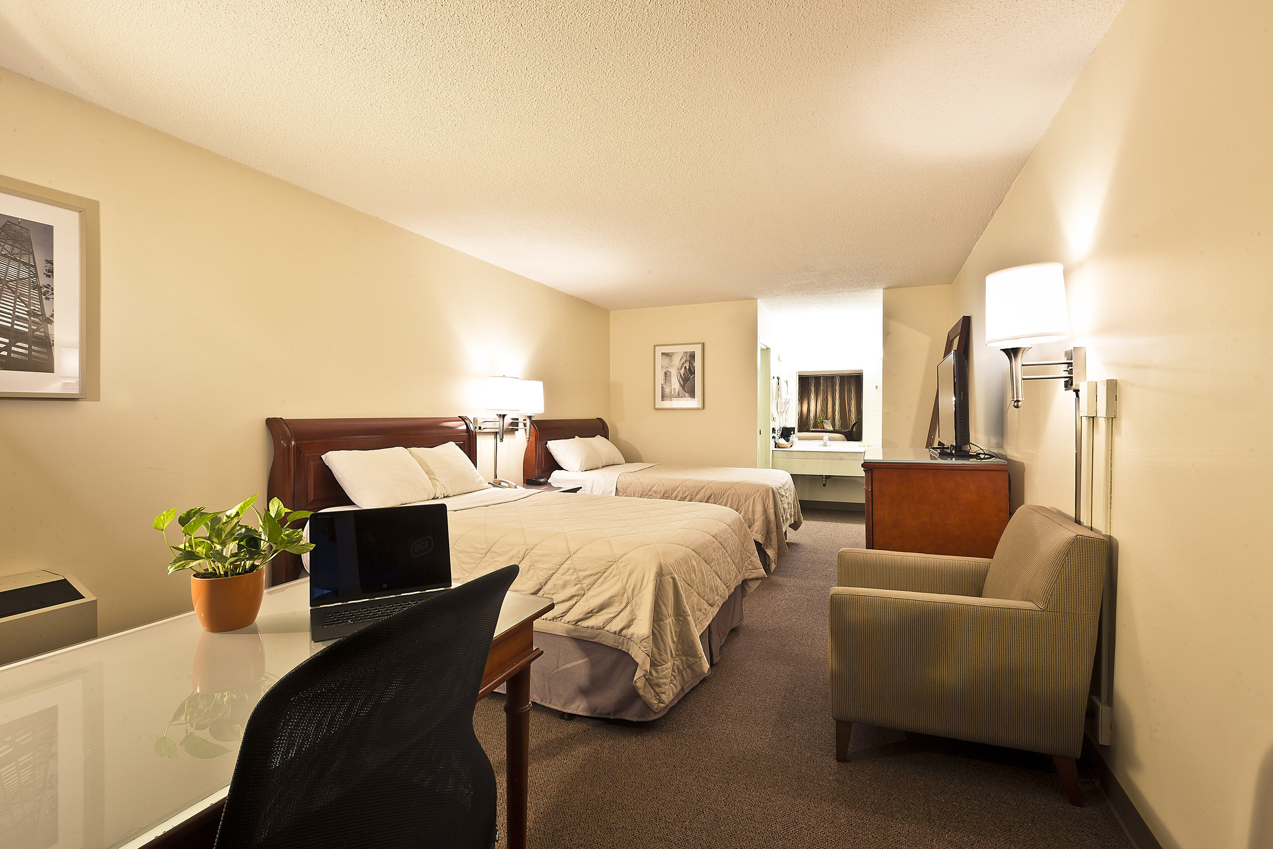 garden hotel south beloit guest rooms 001.jpg