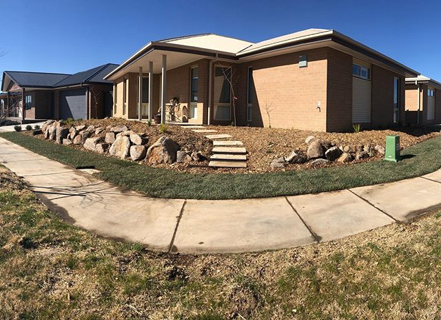 Excited to see this Googong corner block finished. The @plotdesigngroup @landcultureau design incorporated #weejasperbluestone boulders #artisanstone steppers #Canturf lawn