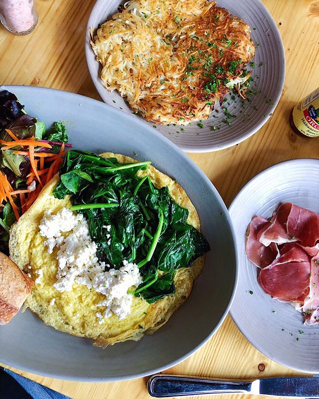 """Brunch from @kreationjuice this weekend 😍 #deats: one feta and spinach omelet with a side salad and baguette, hash browns, and a side of prosciutto (that was, in fact, supposed to be on my omelet but I didn't want hehe). I went to brunch craving pancakes, but I knew once the waitress said they were super sweet that I would feel sick after. So, this time I chose to prioritize my physical health over mental. Yes, I wanted pancakes, but I didn't feel like having an upset stomach all day... instead, I decided I would make pancakes at home later this week (which is exactly what I plan to do this morn). It's ok to compromise sometimes, just like it's ok to be selfish sometimes. Both have their moments, depending on what we have to do to feel or be our best. There isn't so much a science behind it, rather gut trusting. And while my gut (literally) was saying """"pancakes! pancakes!"""" it was pretty dang happy in the end that I went with my head 😎 Happy hump day!!"""