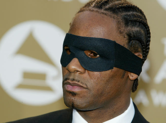 R. Kelly in his creepy mask and even creepier lining. Seriously, where they do that at? (Google.com)