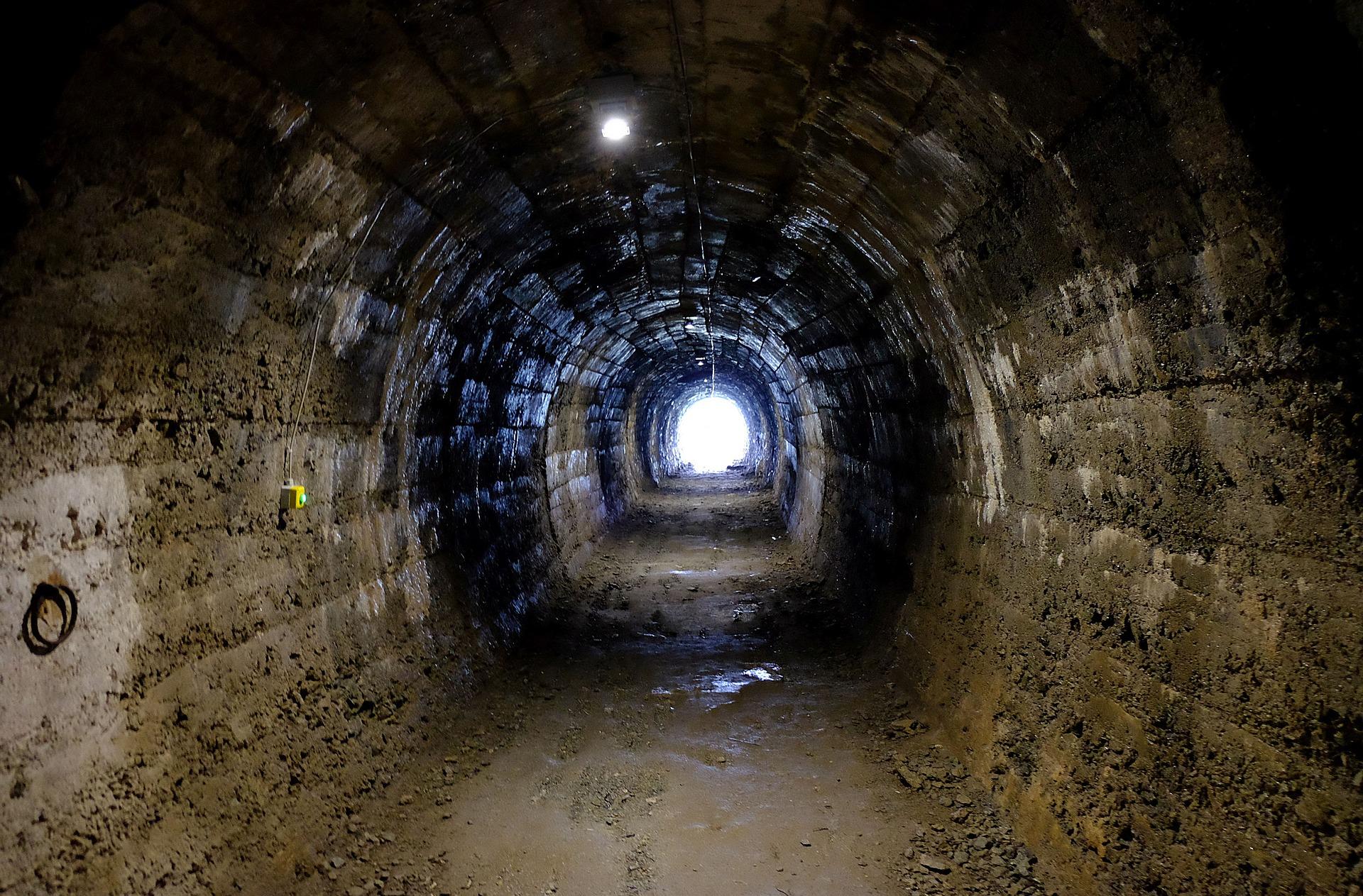 tunnel-2203491_1920.jpg