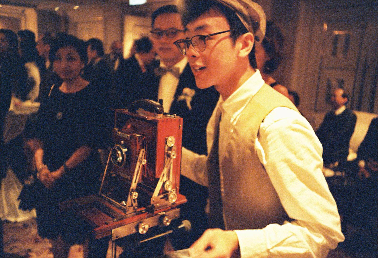 INSTANT PHOTO BOOTH - 流動寫真館將古董木頭機設置於宴會現場,為賓客提供一趟傳統攝影體驗。場地佈置 ・ 活動體驗 ・ 回禮禮物,三合一的新意念!