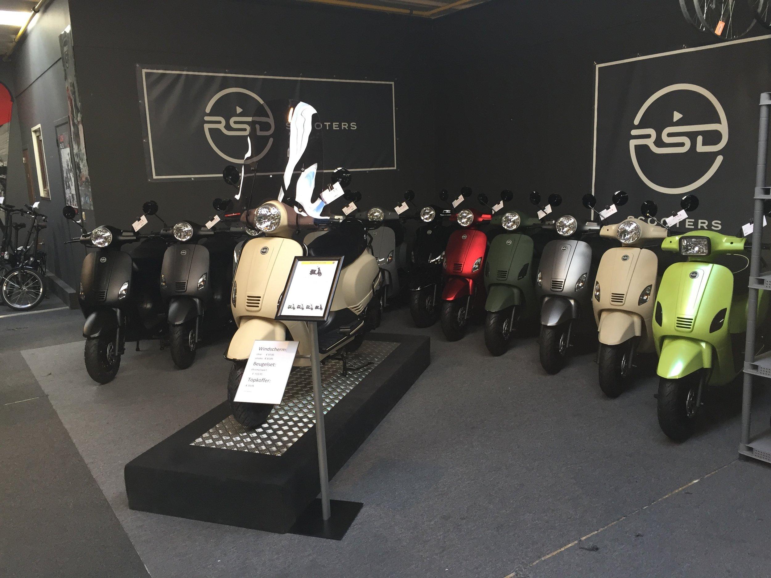 NIEUW...Ontdek ons huismerk! - De RSD Pure is één van onze meest complete scooters.Voortaan kan je een kijkje komen nemen in onze showroom, waar je alle beschikbare kleuren kan komen bewonderen!