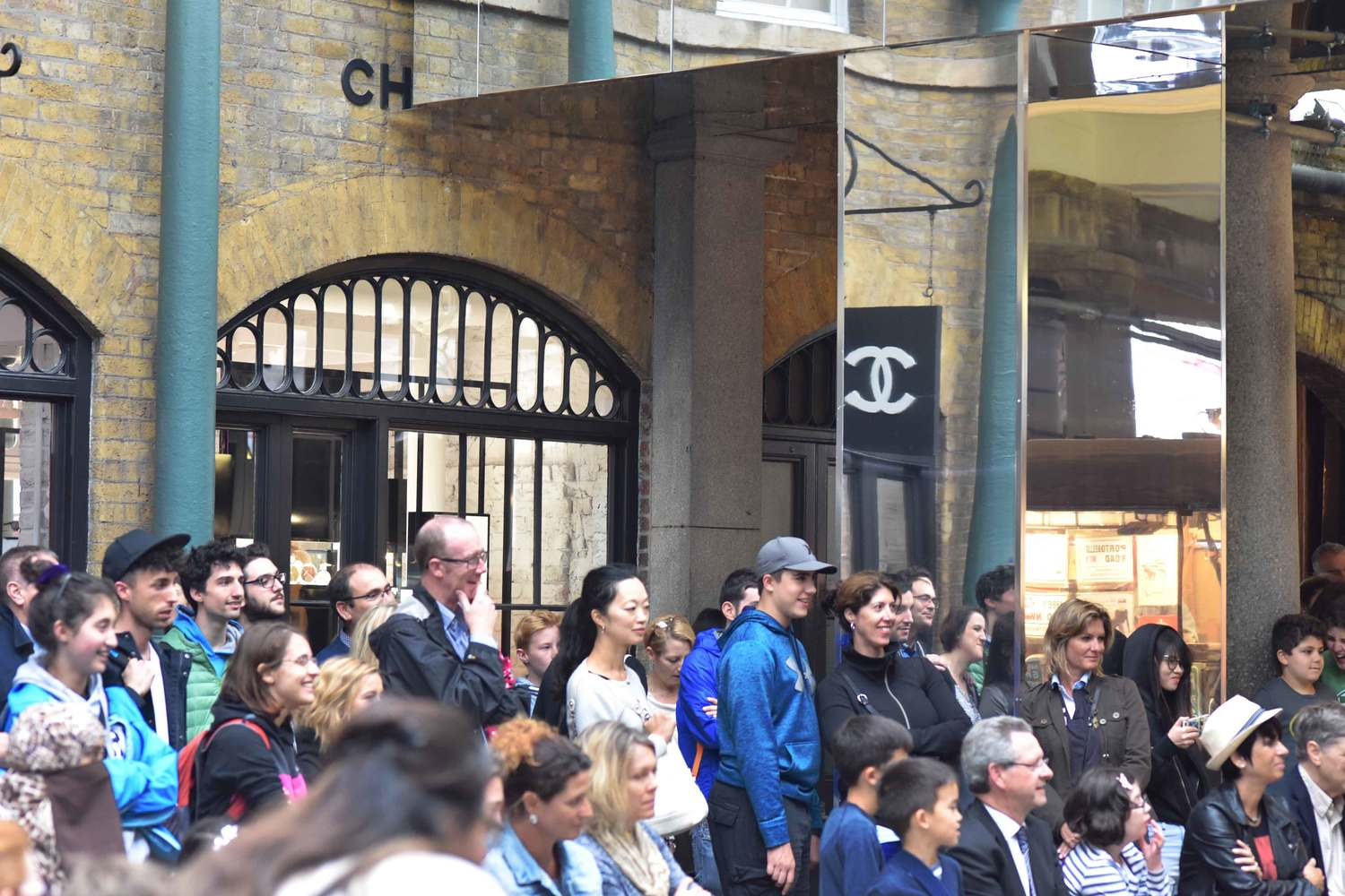 Crowd watching miming and juggling acts, Covent Garden Apple Market, London, UK. Image©thingstodot.com