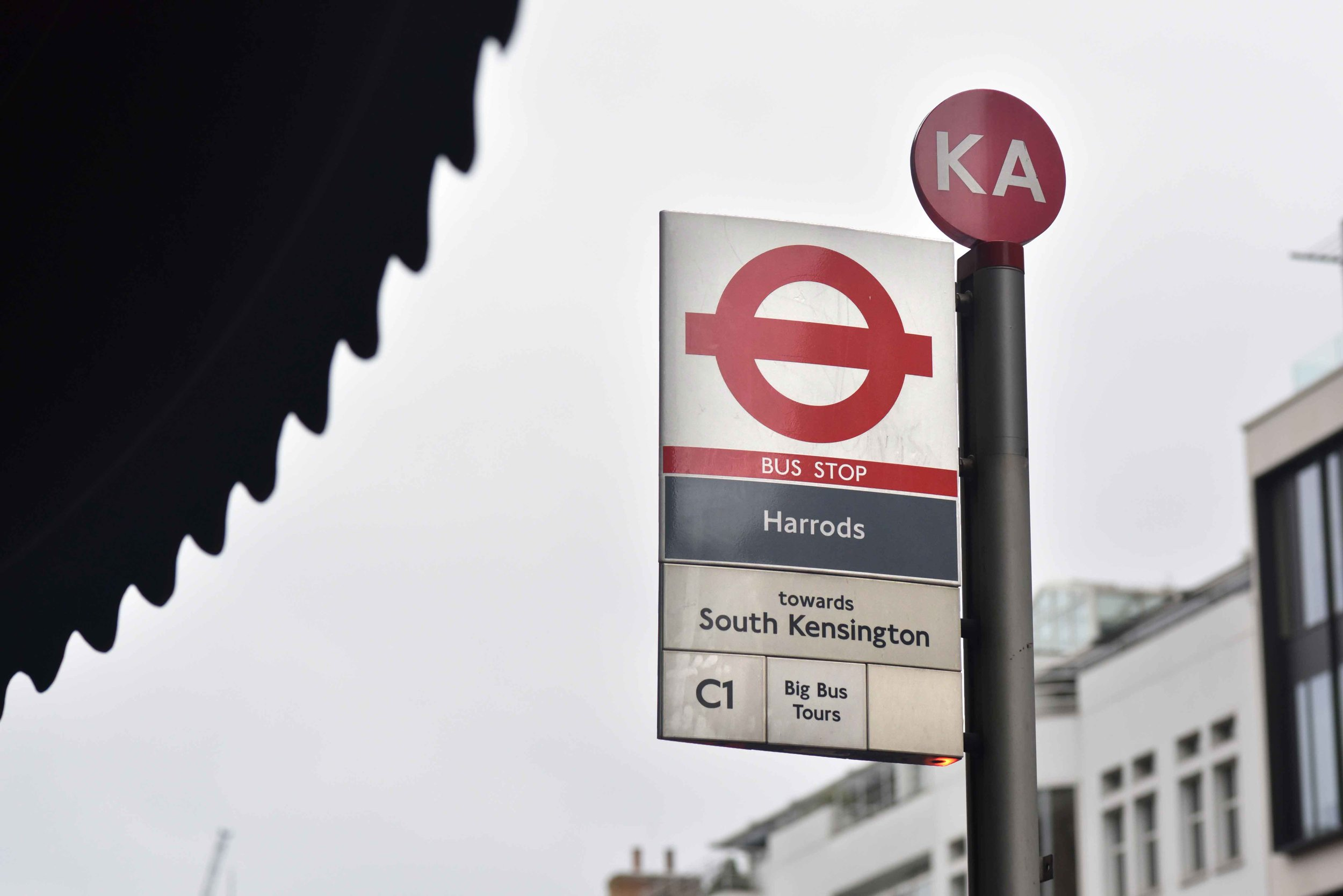 Bus stop, Harrods, London. Image©thingstodot.com